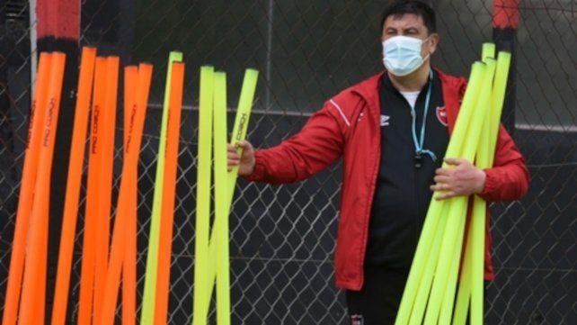 Manos a la obra. El Mono Germán Burgos ayudó a marcar los ejercicios antes del entrenamiento. Luego exigió a los futbolistas en el predio de Bella Vista.