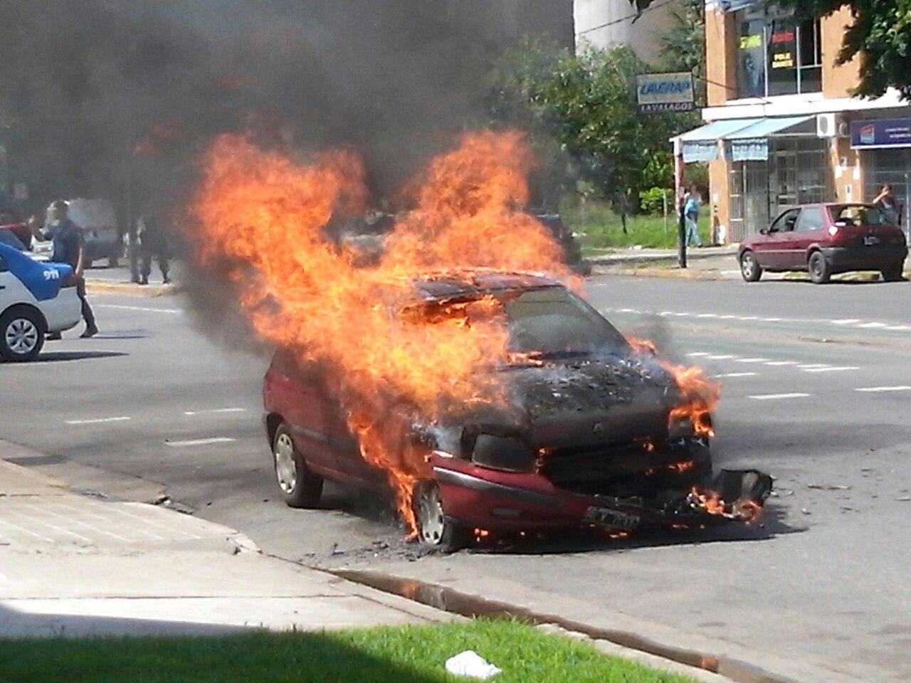 En llamas. El auto quedó envuelto en llamas en Ovidio Lagos al 3000. (Foto: A. Amaya)