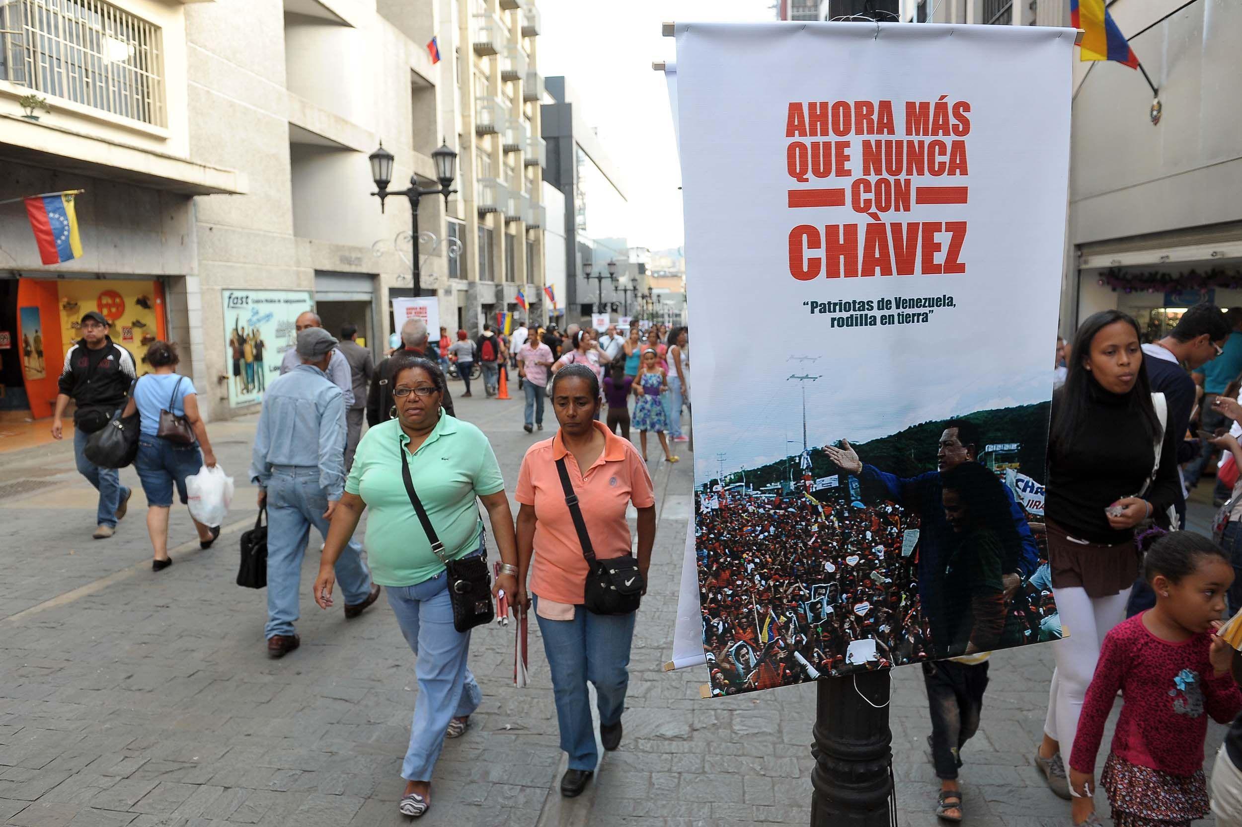 Partidarios de Chávez siguen la evolución de la salud del presidente en medio de muestras de apoyo.