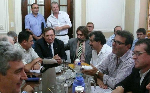 Mesa de debate. Gremialistas y funcionarios sellaron el acuerdo que culmina con las medidas de fuerza.