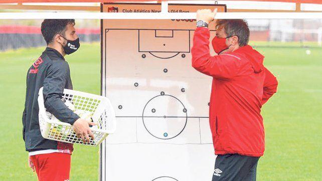 Frank y el pizarrón. Kudelka debe definir cómo planta al equipo ante el trascendental partido frente a Boca.