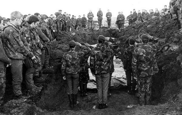La guerra de Malvinas. Tropas inglesas rinden honores a sus muertos.