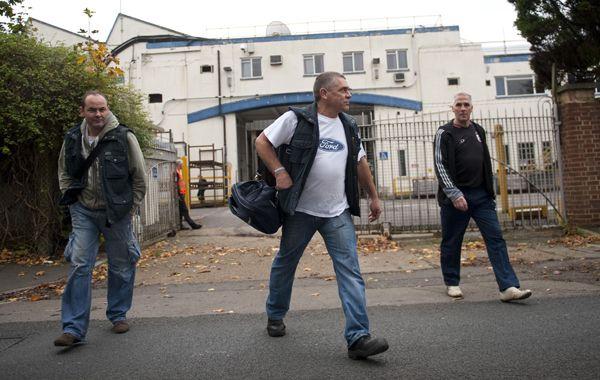 Obreros dejan Southampton. La planta inglesa cerrará en 2013.