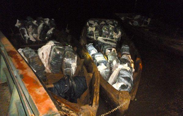 Las canoas en las cuales varios integrantes de una banda narco pretendieron ingresar la marihuana. (Foto: Télam)