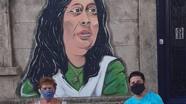 Claudia Lucero y Freddy Sciarratta frente al mural de Sandra Cabrera que quedó inaugurado el viernes pasado en la sede de la CTA autónoma.