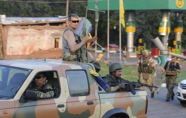 Caos violento. Milicianos prorrusos avanzan por una carretera del este de Ucrania.