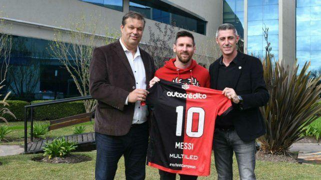 Messi con los directivos de Newells