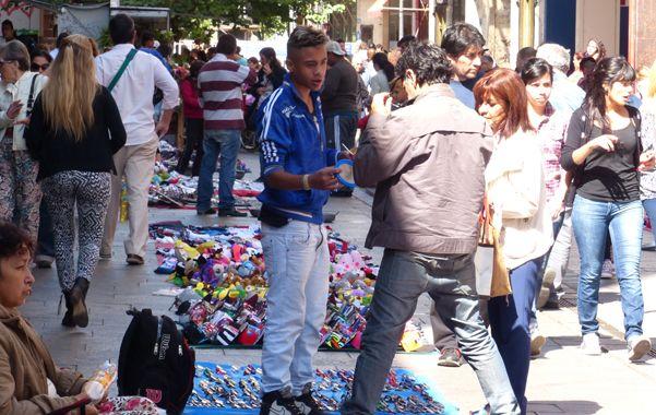 Durante la tarde de ayer llegó a haber más de 60 puestos de venta ilegal por cuadra. Así