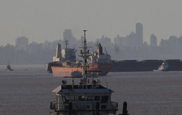 Inmóvil. Los remolcadores trabajaron ayer para la carga y poder desencallar el buque