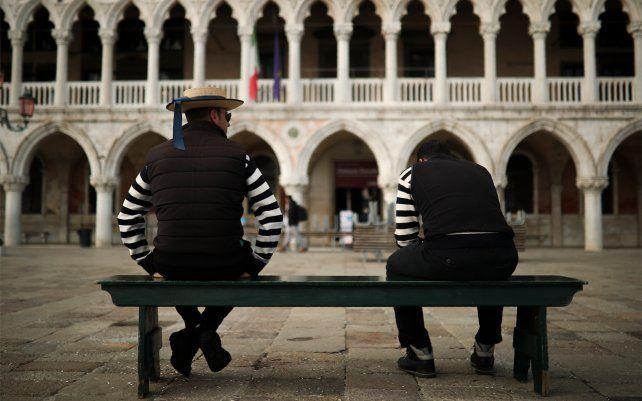 Gondoleros conversan mientras esperan a los clientes cerca de la plaza de San Marcos. Venecia en la época del coronavirus es un caparazón en sí misma, con plazas vacías, basílicas cerradas y gondoleros holgazaneando sus días.