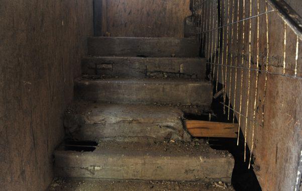 La que se cayó no es la única escalera en malas condiciones. (Virginia Benedetto / La Capital)