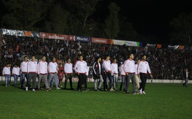 Los jugadores salieron al campo de juego a saludar a los hinchas. (Foto: G. de los Ríos)