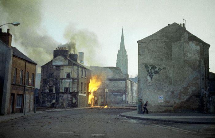 Un edificio incendiado en Londonderry en febrero de 1972