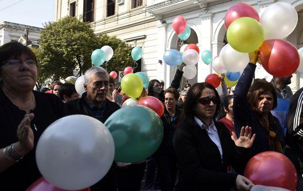 Los empleados del hospital realizaron ayer un colorido abrazo simbólico a la institución en defensa de sus fuentes de trabajo. Las deudas del hospital superan los 90 millones de pesos.