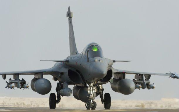listo. Un caza Rafale cargado de bombas parte desde Emiratos Arabes Unidos.