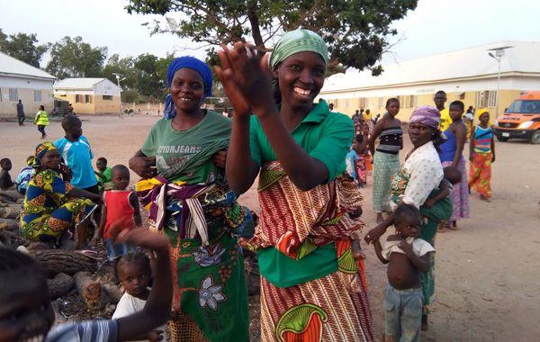 Otros alojados en el campamento de refugiados reciben a las mujeres que habían sido secuestradas por Boko Haram.
