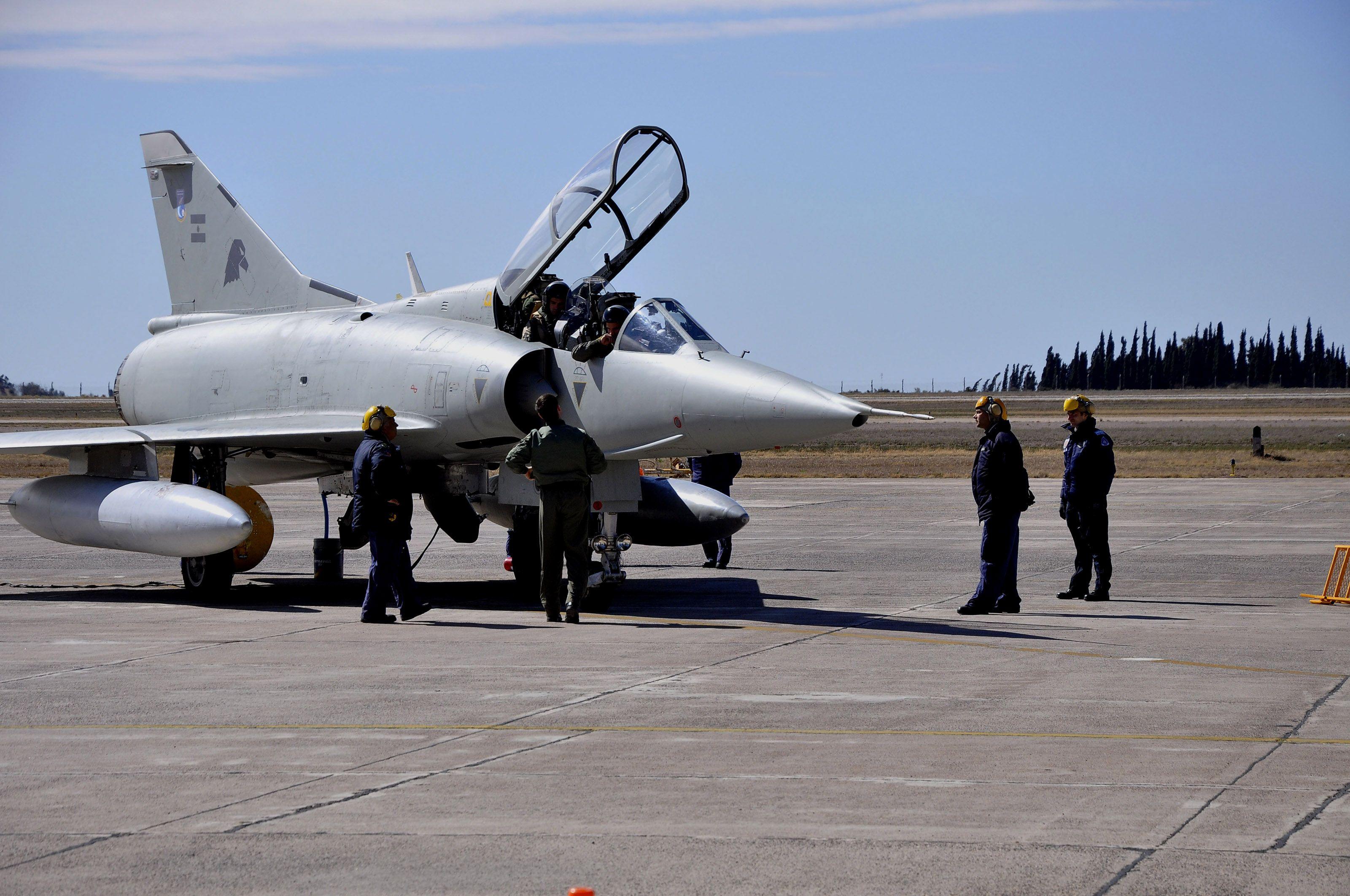 Los últimos. Uno de los tres Mirage que están operativos desplegado en la base aérea de Río Gallegos.