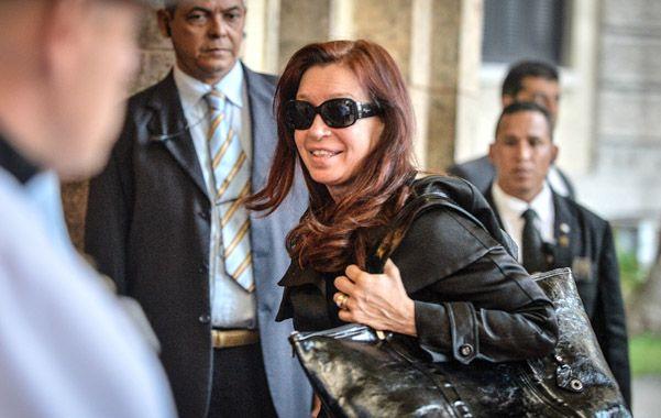 De riguroso negro. Cristina ingresa al Hotel Nacional de La Habana. No se descarta un encuentro con Fidel.