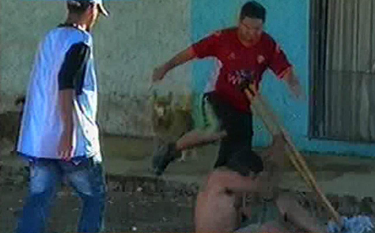 Venganza. Allegados a Germán Carbajal golpean ayer a un hombre al que acusan ser del entorno de los asesinos. (Imagen TV)