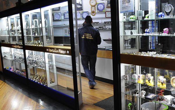 El local. Los ladrones destrozaron el vidrio de la joyería en planta baja.