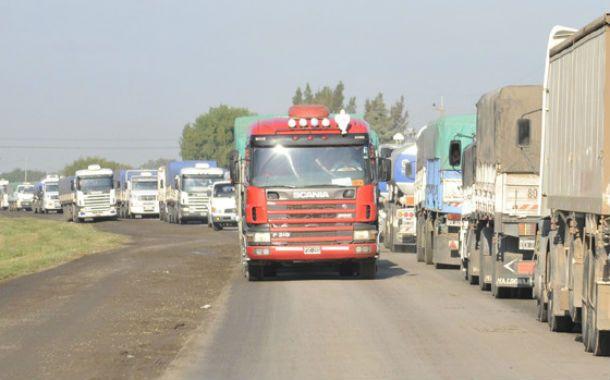 Pandemonio. Los camiones se adelantaron a la cosecha gruesa y congestionaron la ruta 10. Un anticipo de lo que vendrá en los próximos meses.