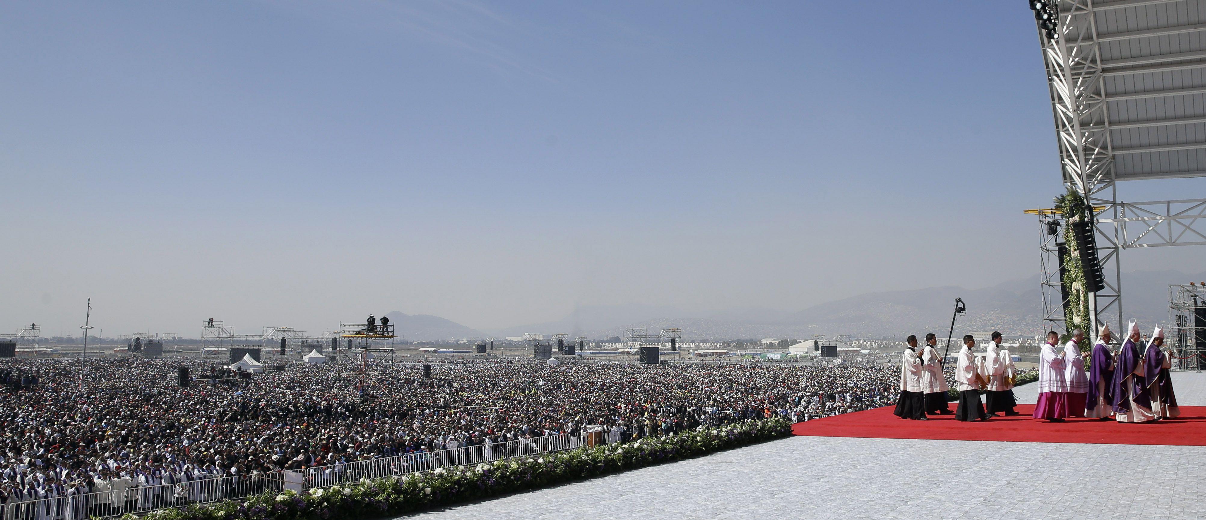 """Impactante. Unas 300 mil personas asistieron al oficio donde el pontífice clamó por que México sea """"una tierra que no tenga que llorar a hombres destruidos por los traficantes de la muerte""""."""