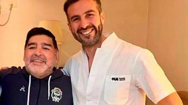 Otros tiempos. Luque junto a Diego Maradona sonriendo. Hoy la situación del médico es por demás de complicada.