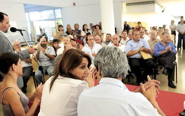 Aplausos. La intendenta presentó el plan de obras ante un nutrido auditorio en el Centro de Distrito Sudoeste. (foto: Francisco Guillén)
