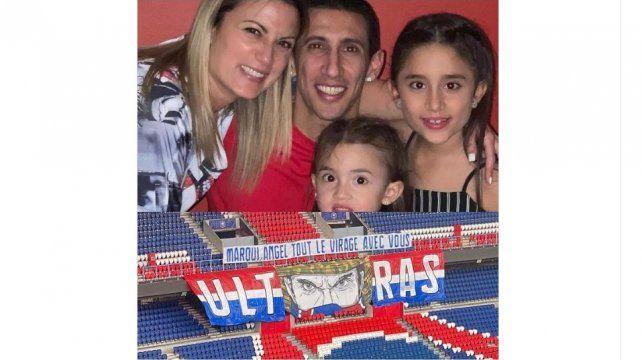 Hinchas del PSG enviaron un mensaje a Di María y al brasileño Marquinhos con una bandera en el estadio Parque de los Príncipes.