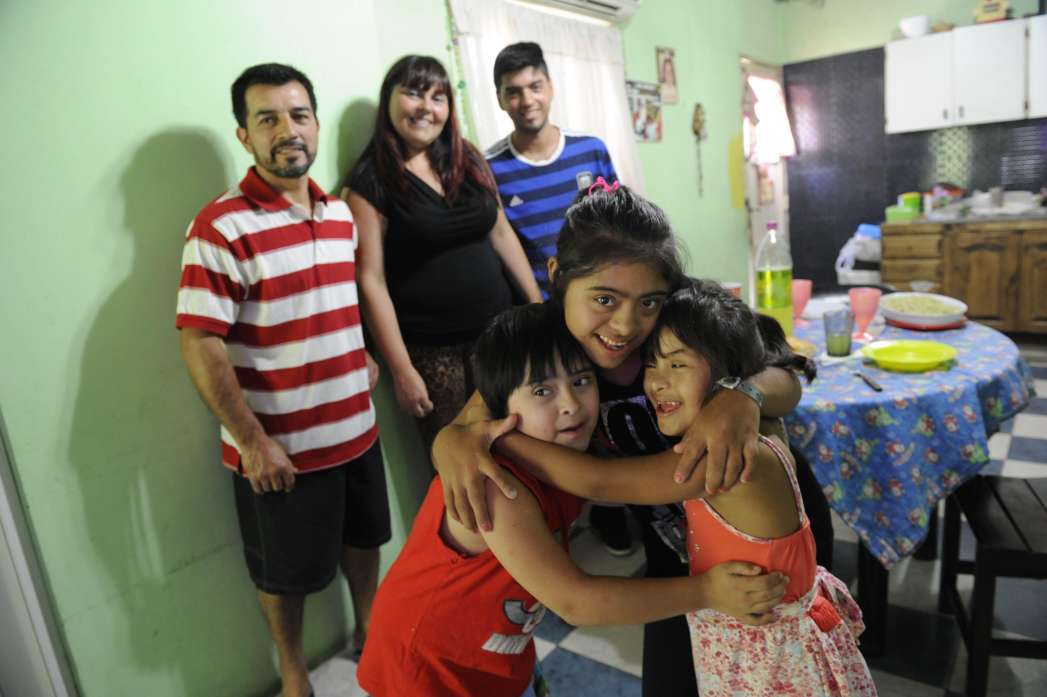 Alicia y Oscar junto con sus hijos en casa.