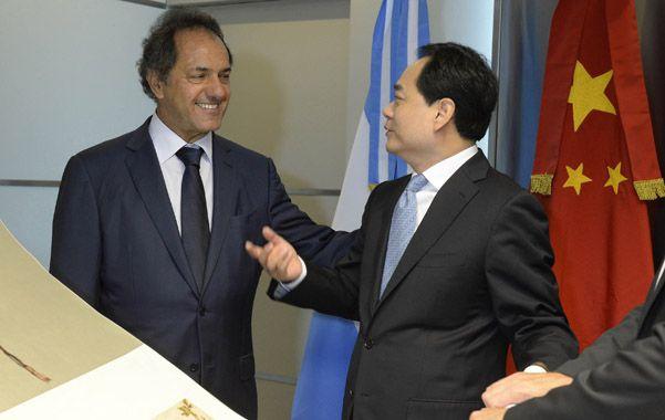 compromiso. Scioli recibió ayer al embajador chino en la Argentina.