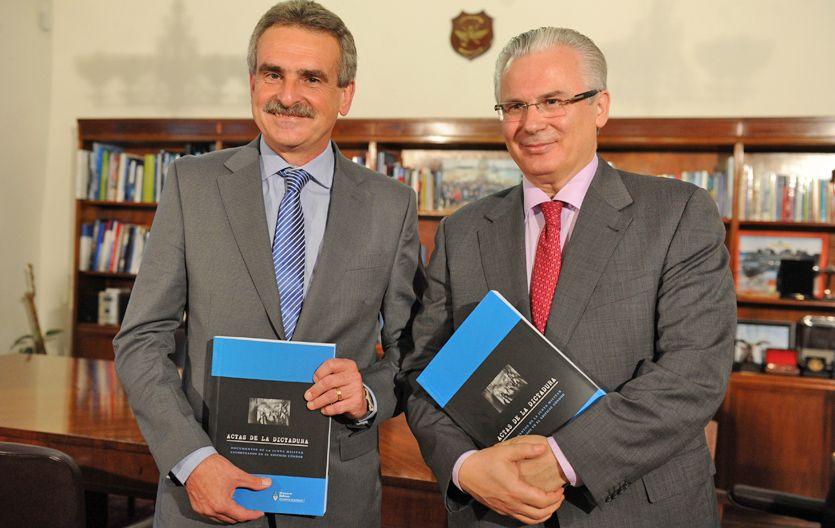 Documentos. Rossi le entregó a Garzón copias de actas de la dictadura.