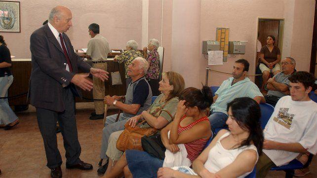 Roberto Rosua como Ministro de Gobierno, visita las oficinas del Registro Civil de la calle Salta al 2700.