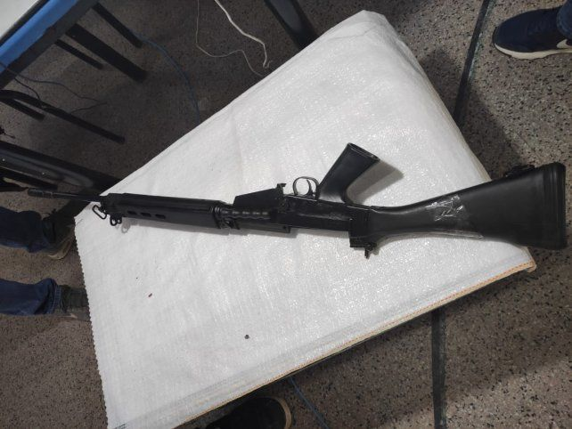 Un anciano entregó un fusil FAL (fusil automático liviano)