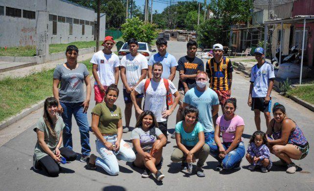 Las voces de algunos adolescentes y jóvenes del barrio qom de Travesía en Rosario quedaron reflejladas en este trabajo nacional de Unicef y Tomás Eder (centro) fue uno de los gestores territoriales.