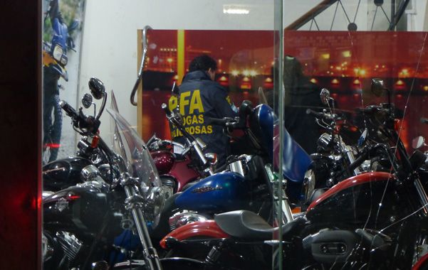 La requisa. Agentes de la Policía Federal y de la Aduana ayer en la agencia Spadoni Motos