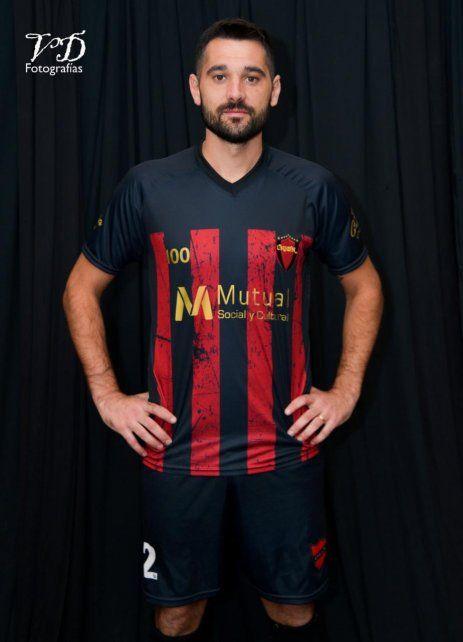 Camiseta centenaria: la entidad rojinegra presentó la nueva camiseta en el año de centenario. El capitán Emiliano Bonomelli la luce con mucho orgullo.