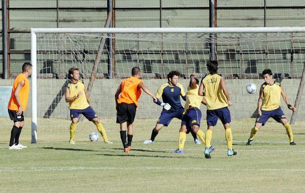 Uno contra cinco. Gonzalo Vega encontró un rebote y lo aprovechó al máximo para convertir el único gol del partido principal.
