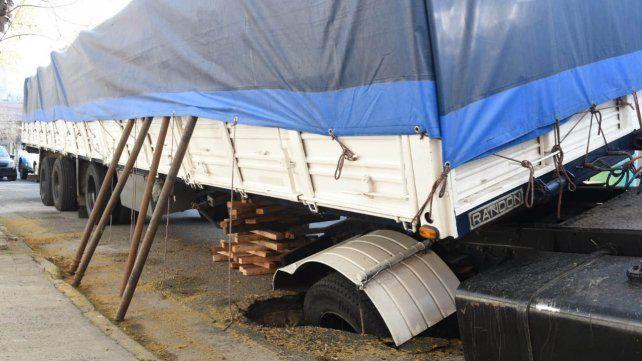 El camión tuvo que ser apuntalado para que no vuelque.