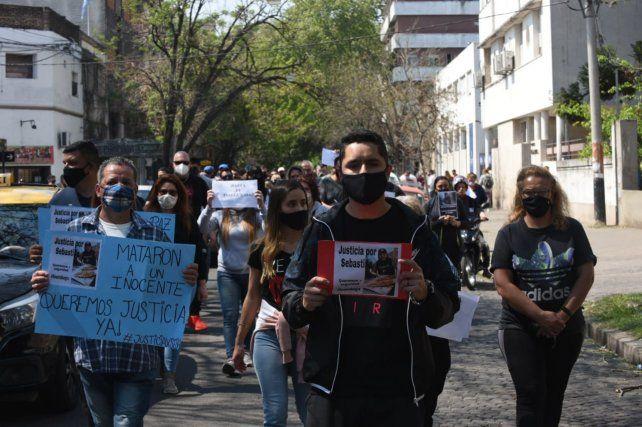 Familiares y amigos marcharon para pedir justicia por Sebastián Cejas.