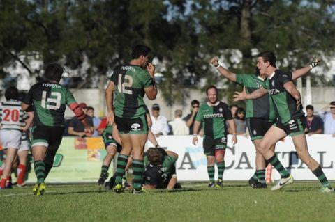 Emiliano Boffelli desata su alegría y va en busca del Puma Jerónimo de la Fuente. Duendes construyó la victoria con un excelente segundo tiempo. (Foto: V.Benedetto)