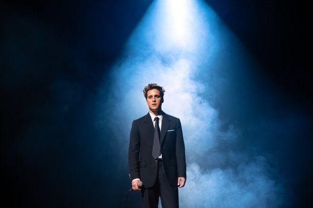 En la segunda temporada Boneta asume el reto de interpretar a Luis Miguel en dos épocas muy distintas: los primeros 90 y mediados de los 2000.