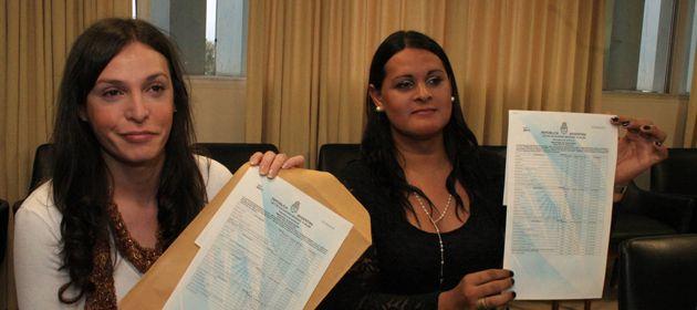 Victoria Alejandra Ironici y a María Victoria Antola recibieron sus títulos. (Foto: prensa Gobierno de Santa Fe)