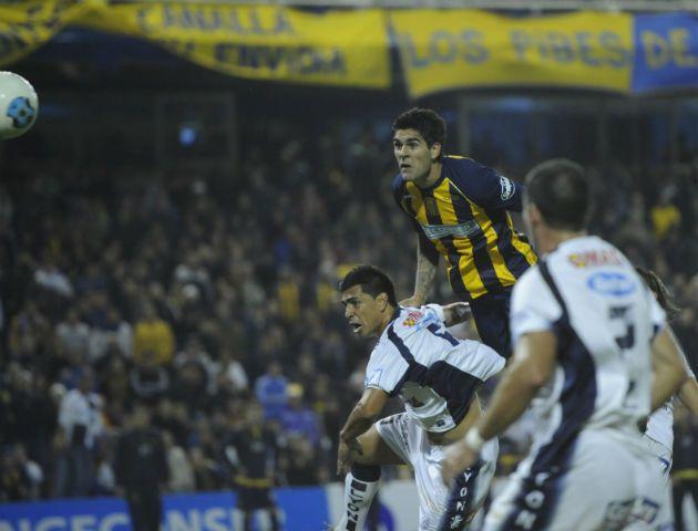 Toledo le gana a todos en lo alto y marca el gol del triunfo canalla. (Foto: Matías Sarlo)