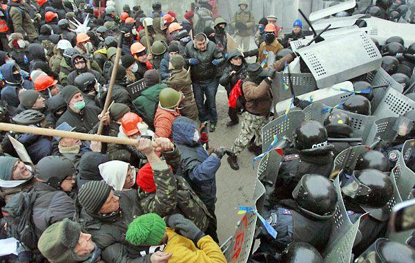 Un grupo de manifestantes armado con palos y escudos enfrentó a la policía ucraniana.