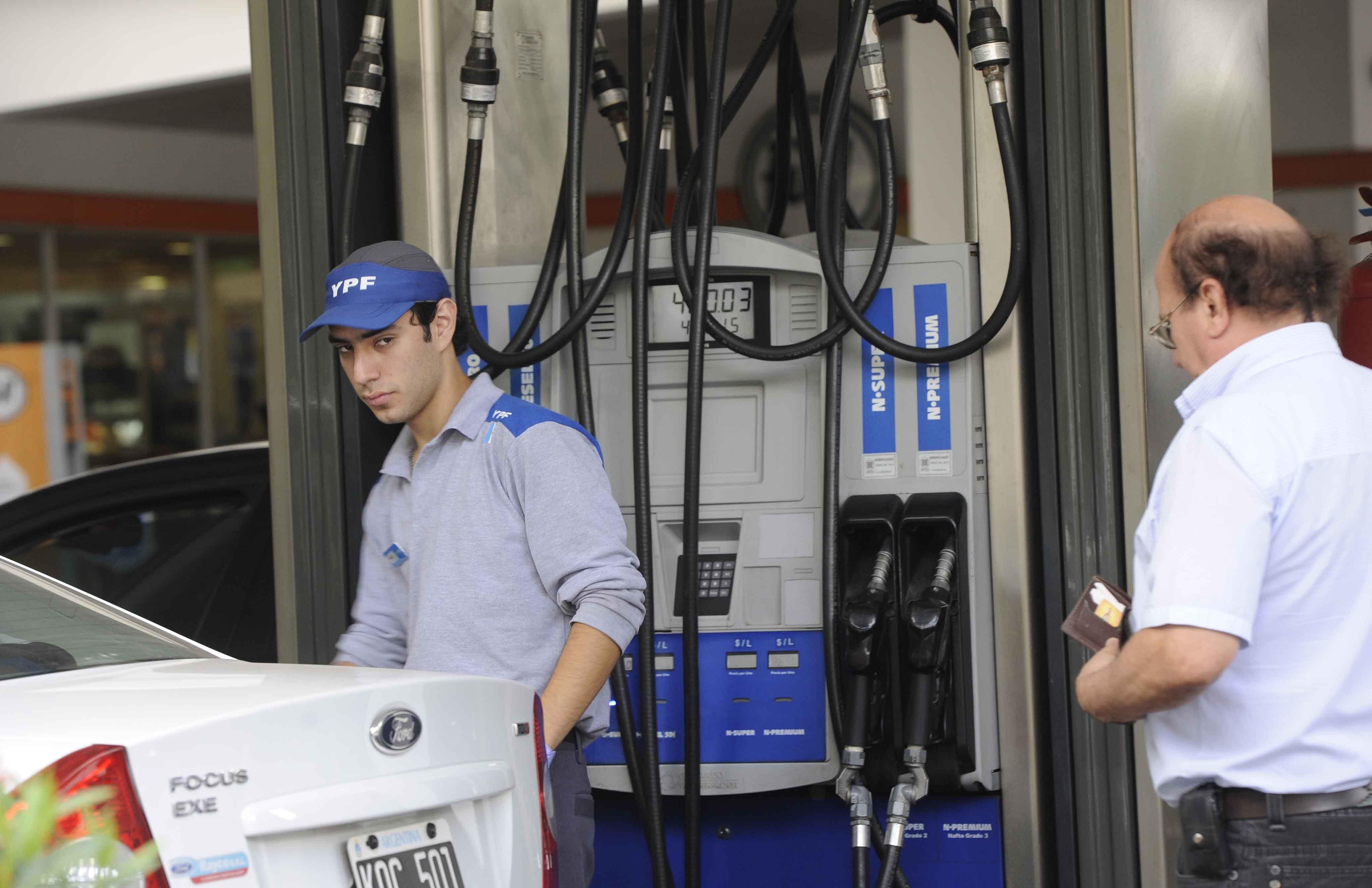Diferencias. En Rosario cargar un litro de súper en YPF cuesta 16