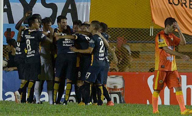 A tres del final llegó el gol de Niell y el desahogo para los muchachos de Coudet que celebraron en Posadas. (Foto: F. Guillén)