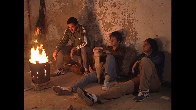 """""""Okupas"""" sigue a un grupo de jóvenes de clase media empobrecida y sus contactos con el mundo criminal."""