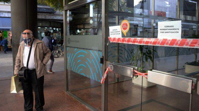 El cajero de Córdoba y San Martín con el cartel de cerrado momentáneamente por sanitización.