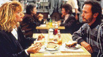 Pareja despareja. La comedia cuenta la historia de dos amigos muy distintos que se terminan enamorando.